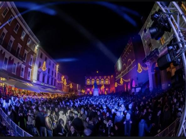 Rimini piazza 593x443 1 La Riviera Romagnola si prepara alla lunga notte di San Silvestro
