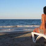 Girl on Easy Chair on Beach 2 preview image 150x150 Sotto il sole di Riccione Andrea Roncato sfida Stranger Things nel promo del film